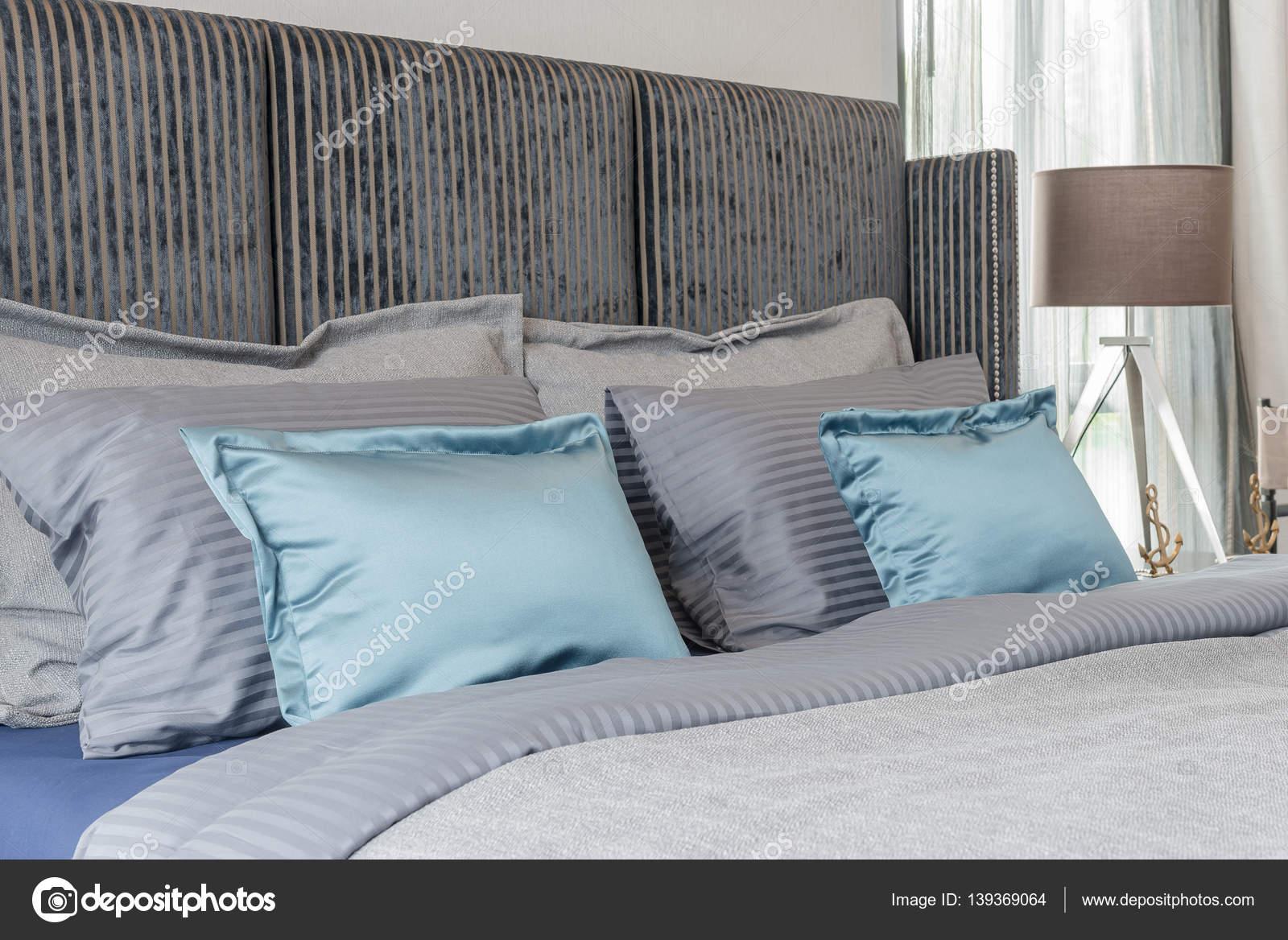 Moderne slaapkamer met zwarte kleur bed toon en set van kussens