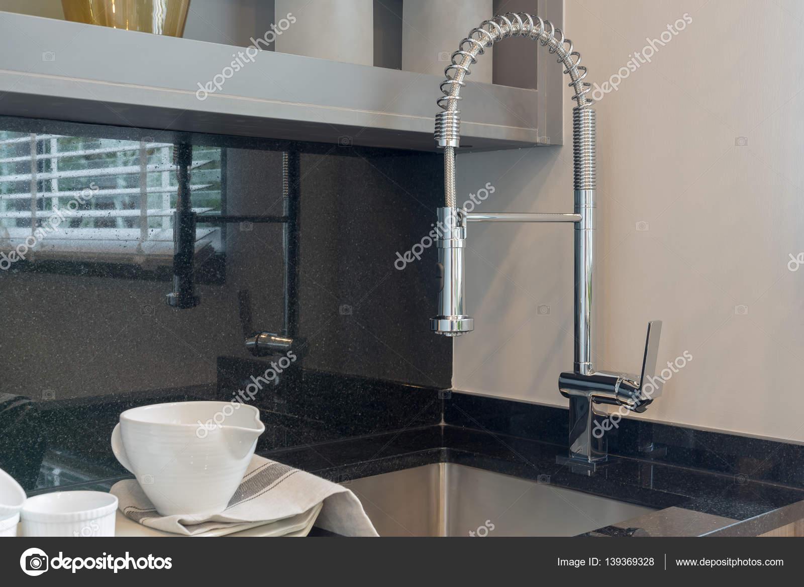 camera moderna cucina con lavello su top in granito — Foto Stock ...