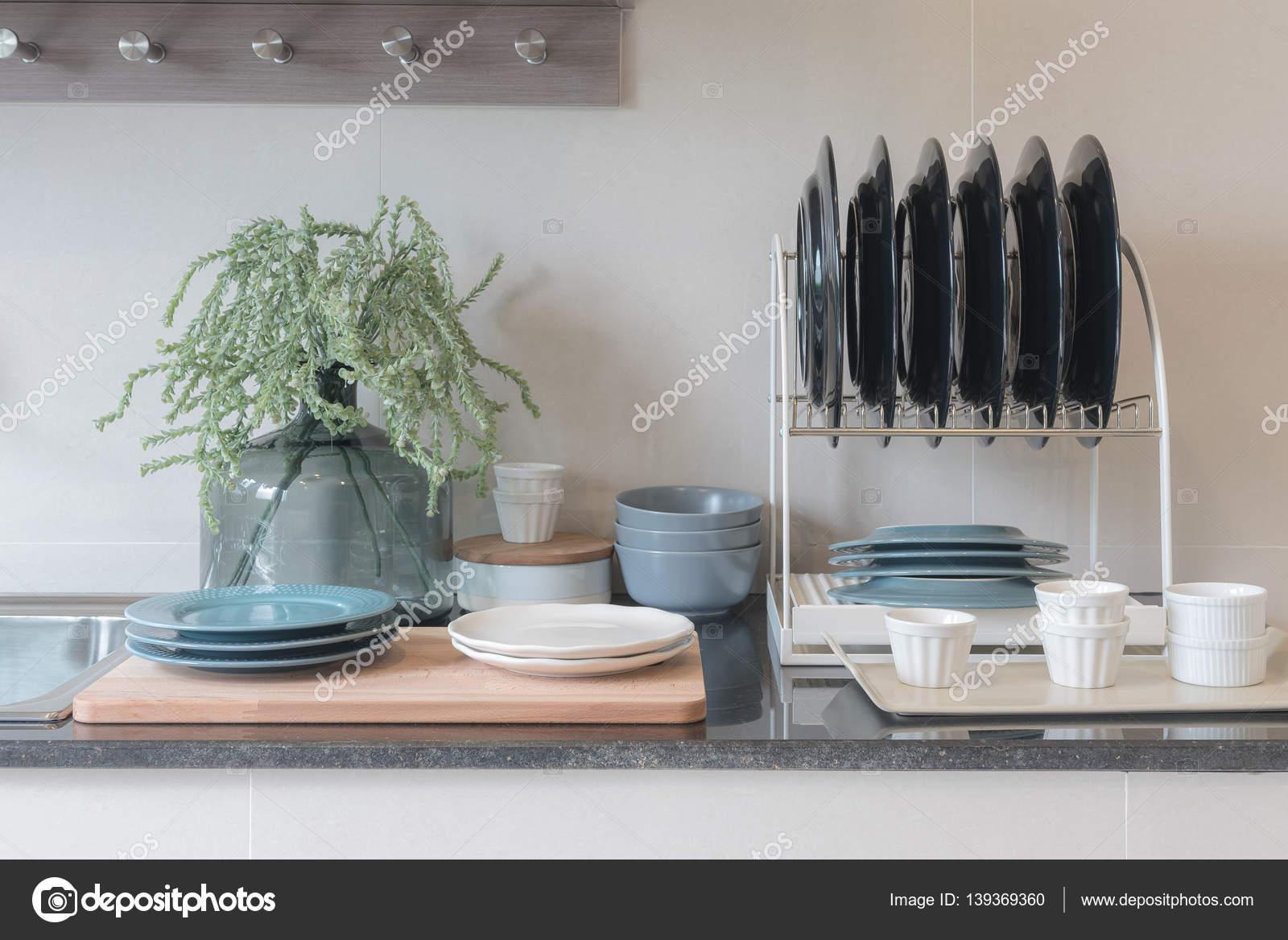 sala cocina con fregadero en encimera de granito superior — Foto de ...