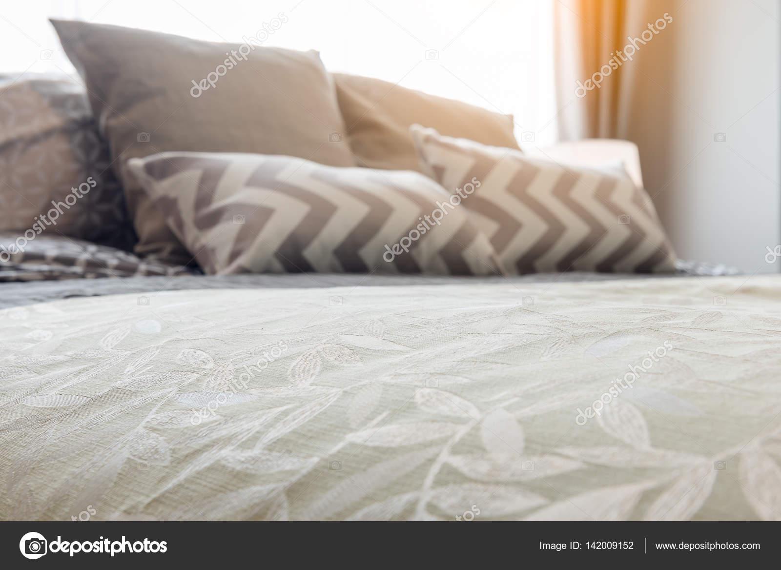 Grüne Decke Mit Kissen Auf Gemütlichen Bett Im Schlafzimmer