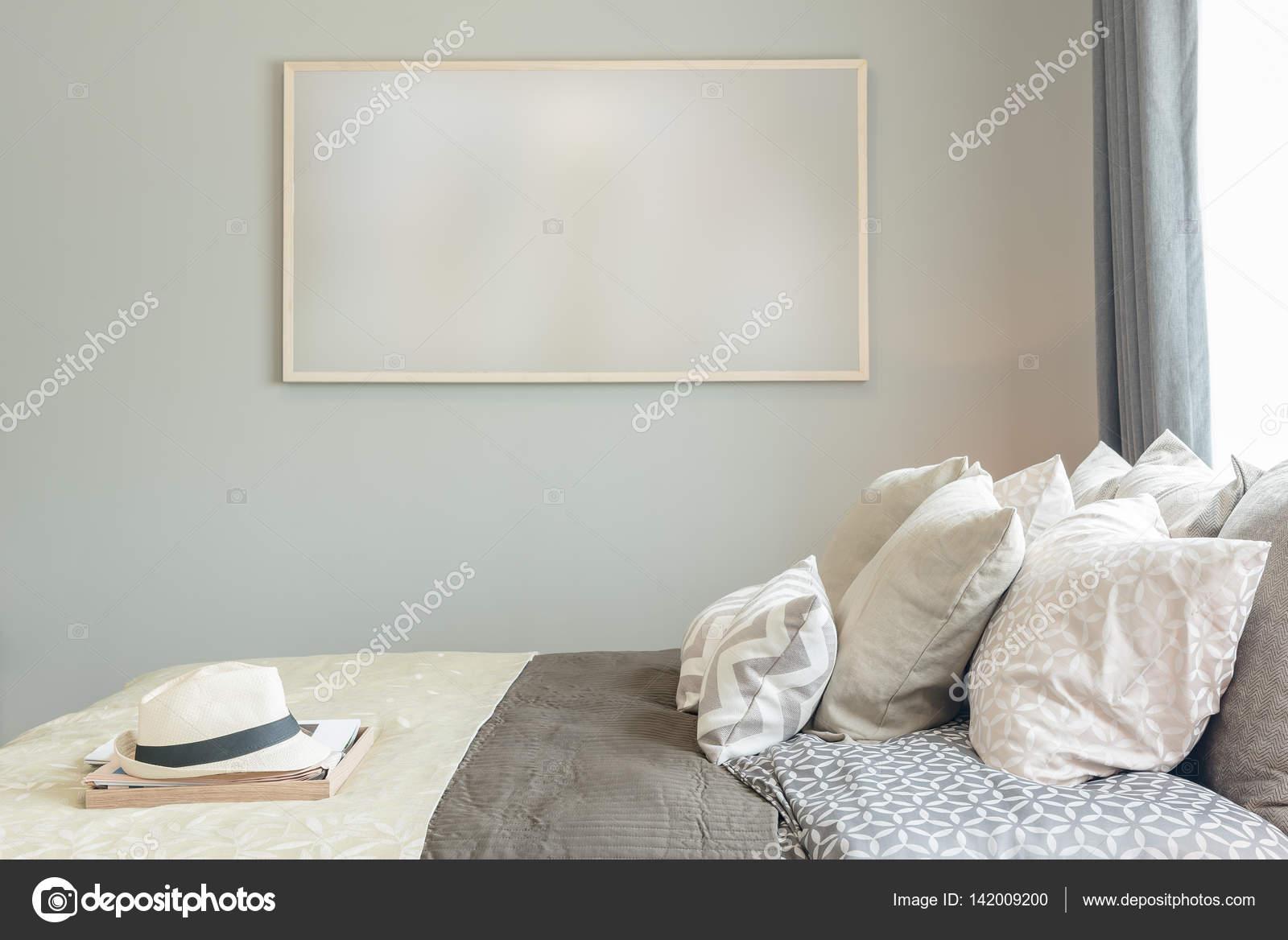 Bilderrahmen An Der Wand Im Gemutlichen Schlafzimmer Stockfoto