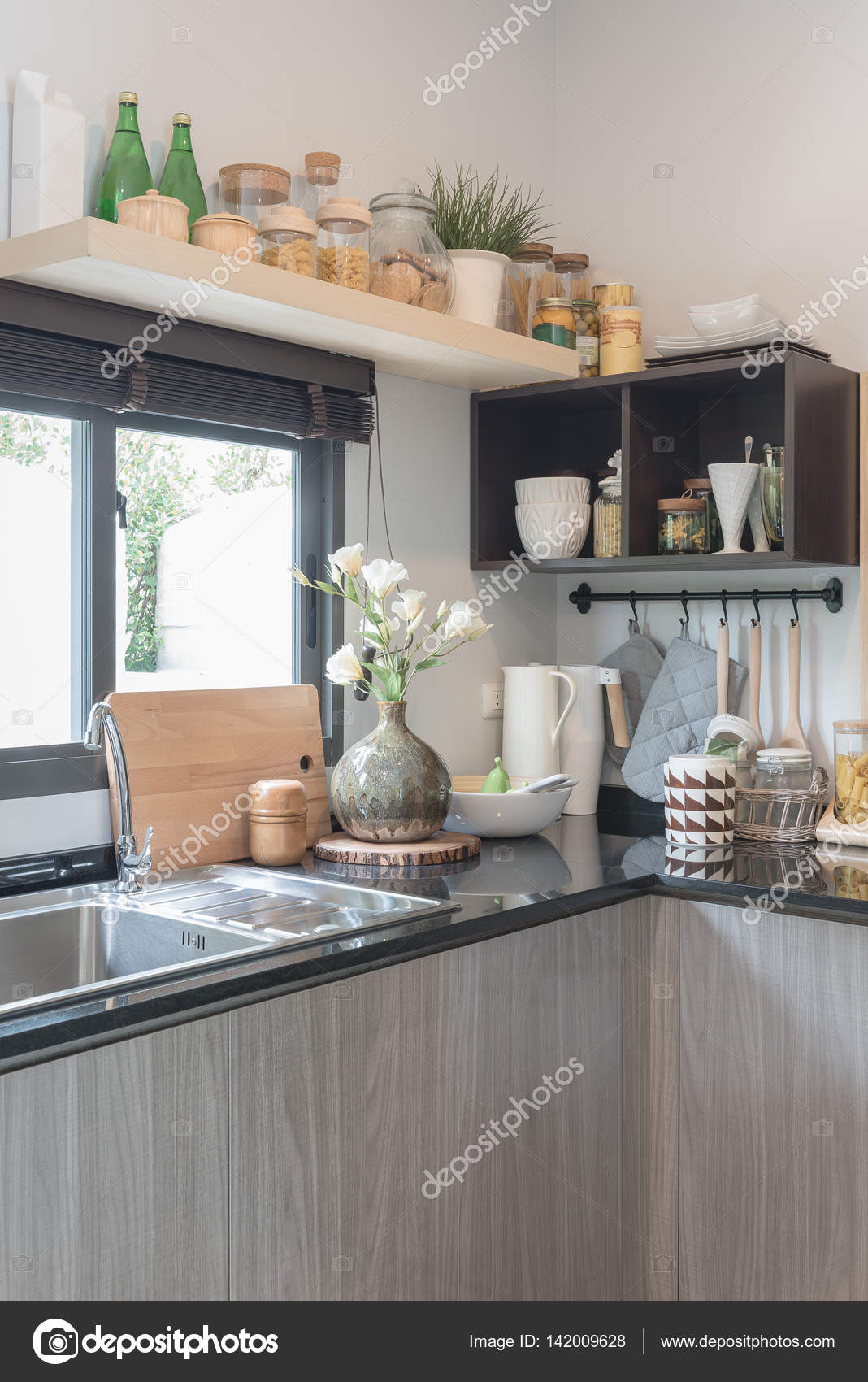 moderne Küche mit schwarzem Granit auf Zähler — Stockfoto ...