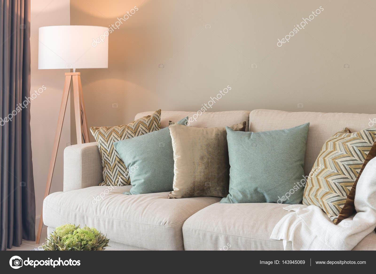 moderne woonkamer met groene kussens op de gezellige sofa en houten ...