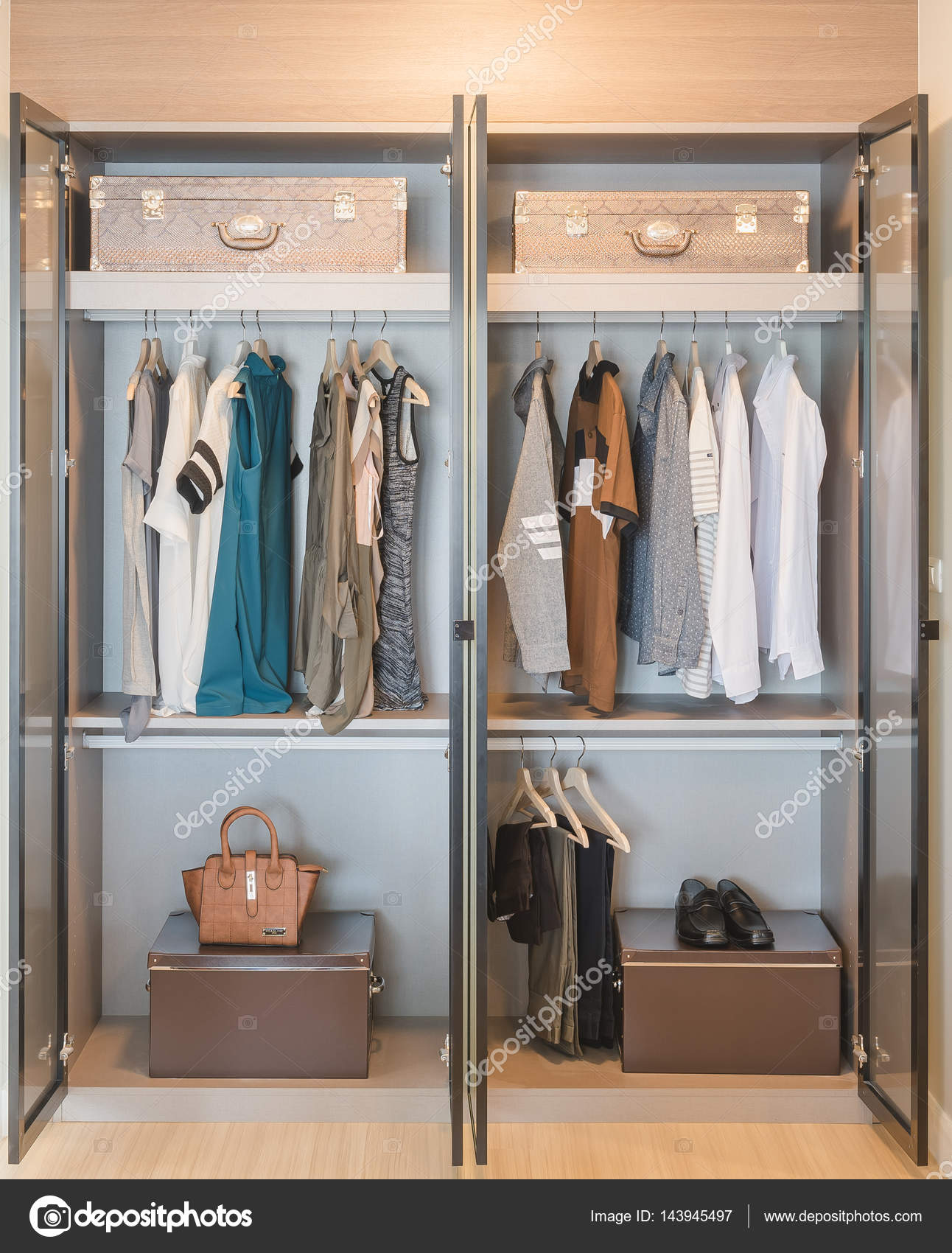 Schön Moderne Garderobe Ideen Von Kleiderstange Hängen In — Stockfoto