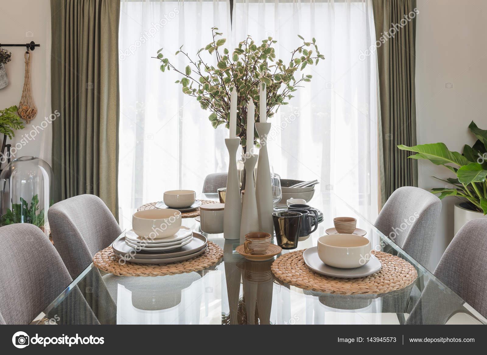 tavolo da pranzo in vetro con tabella impostata nella moderna sala ...