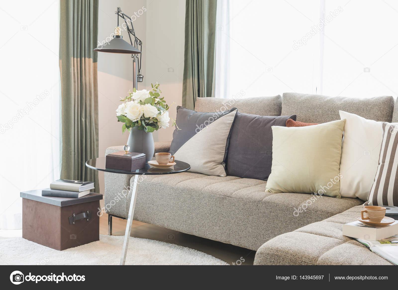 ronde glazen tafel met zitbank in moderne woonkamer set — Stockfoto ...