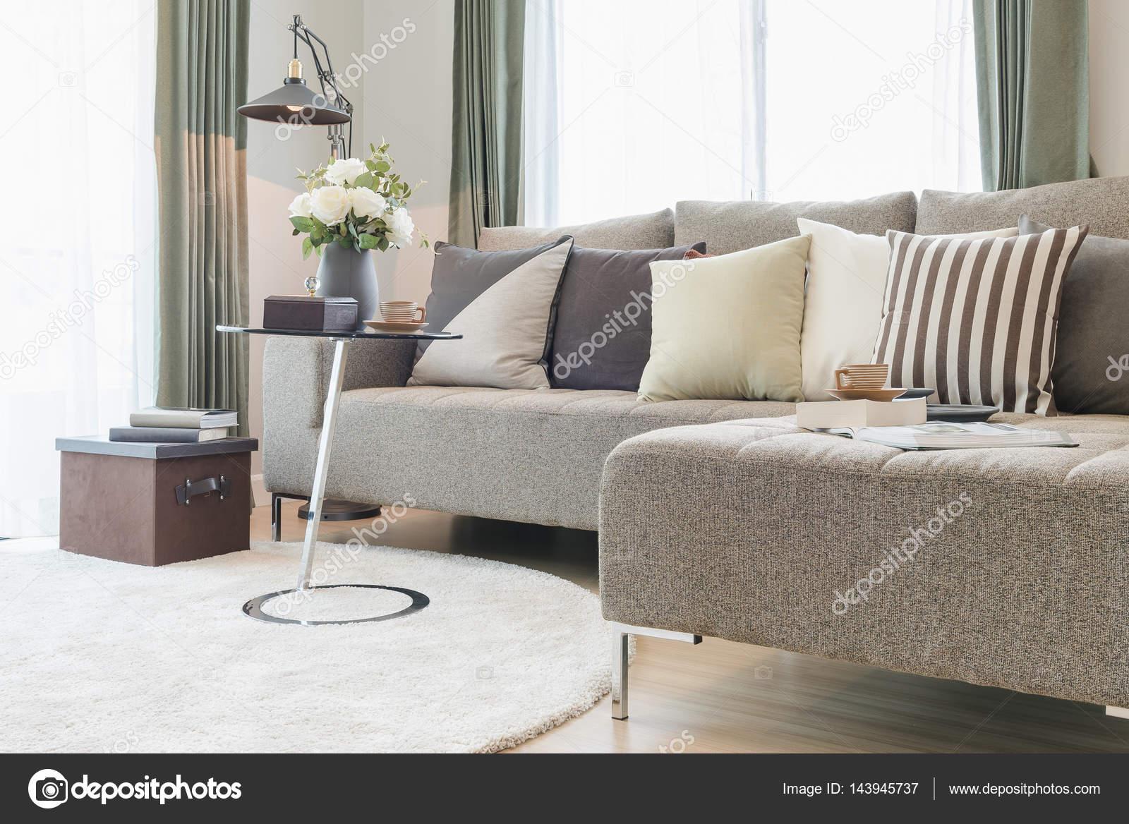 https://st3.depositphotos.com/4221109/14394/i/1600/depositphotos_143945737-stockafbeelding-ronde-glazen-tafel-met-zitbank.jpg