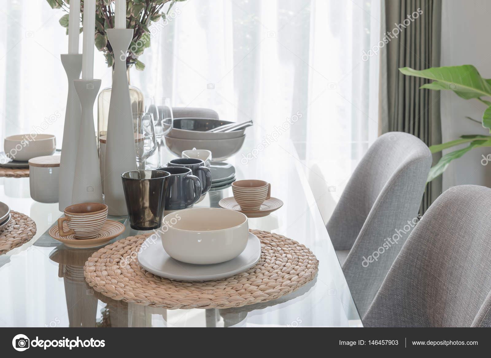 mesa de comedor de cristal con mesa de comedor moderna — Foto de ...