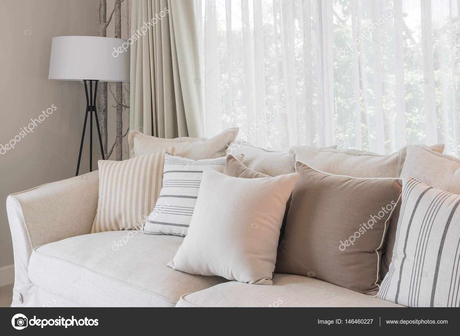 Satz von Kissen auf klassisches Sofa im modernen Wohnzimmer ...