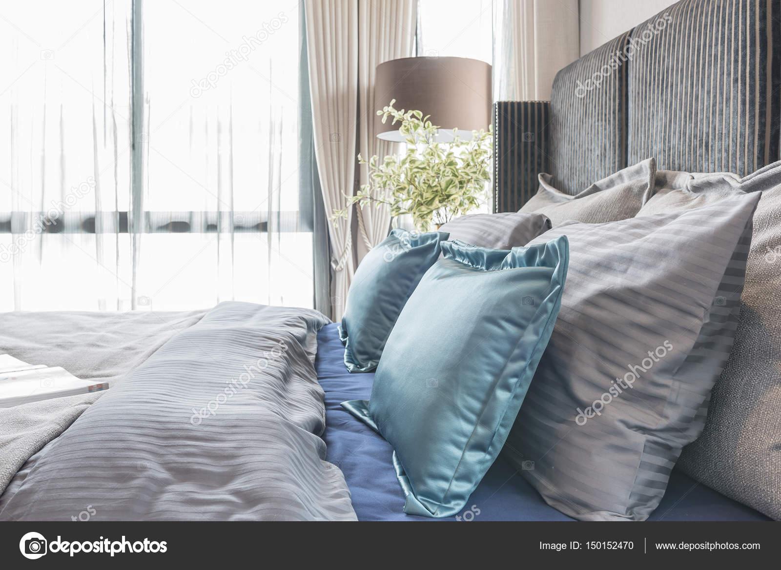 Chambre moderne avec ton lit de couleur noire et ensemble de ...