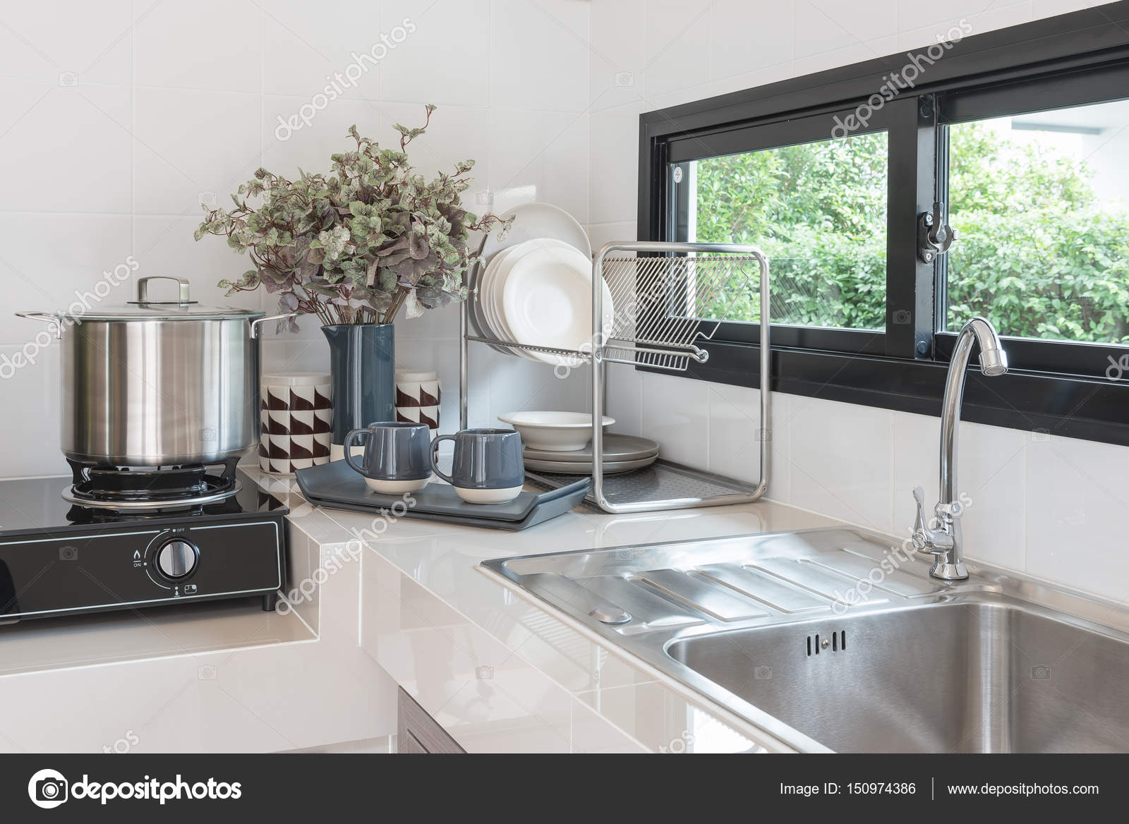 Ontwerp van de kamer van de moderne keuken met kraan en wastafel
