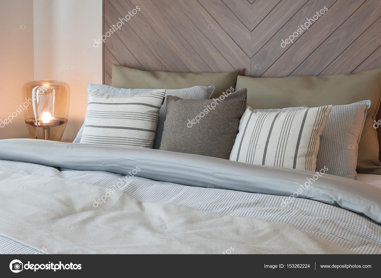 Houten Muurdecoratie Slaapkamer : Set van kussens op bed met houten wanddecoratie in klassieke stal