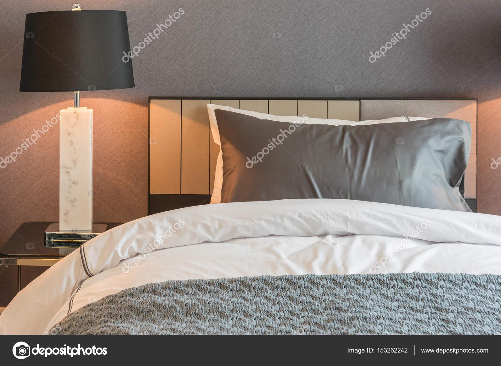 Zwarte Slaapkamer Lamp : Eenpersoonsbed met zwarte lamp in klassieke stijl slaapkamer