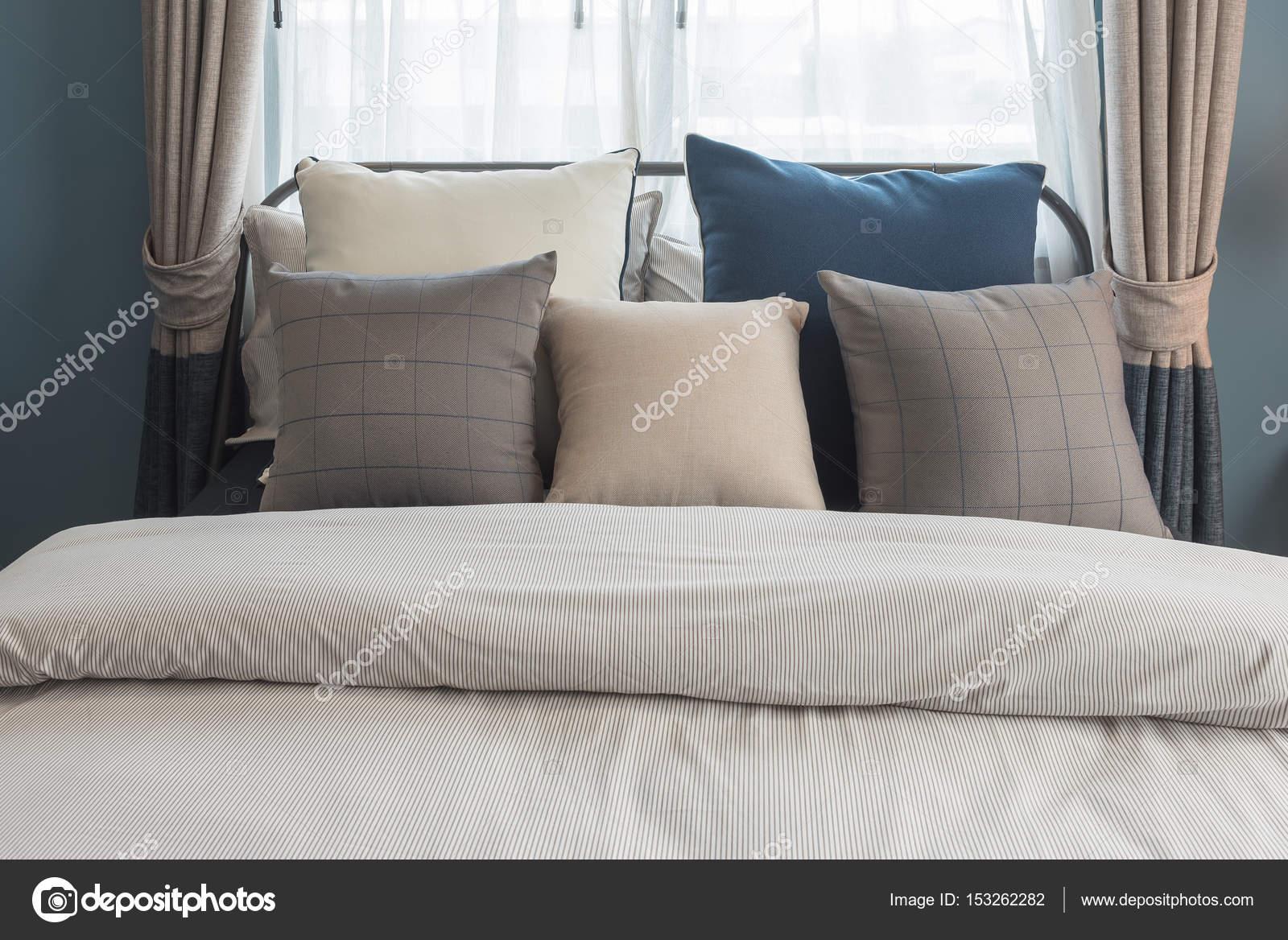 Set di cuscini sul letto in stile camera da letto moderna ...