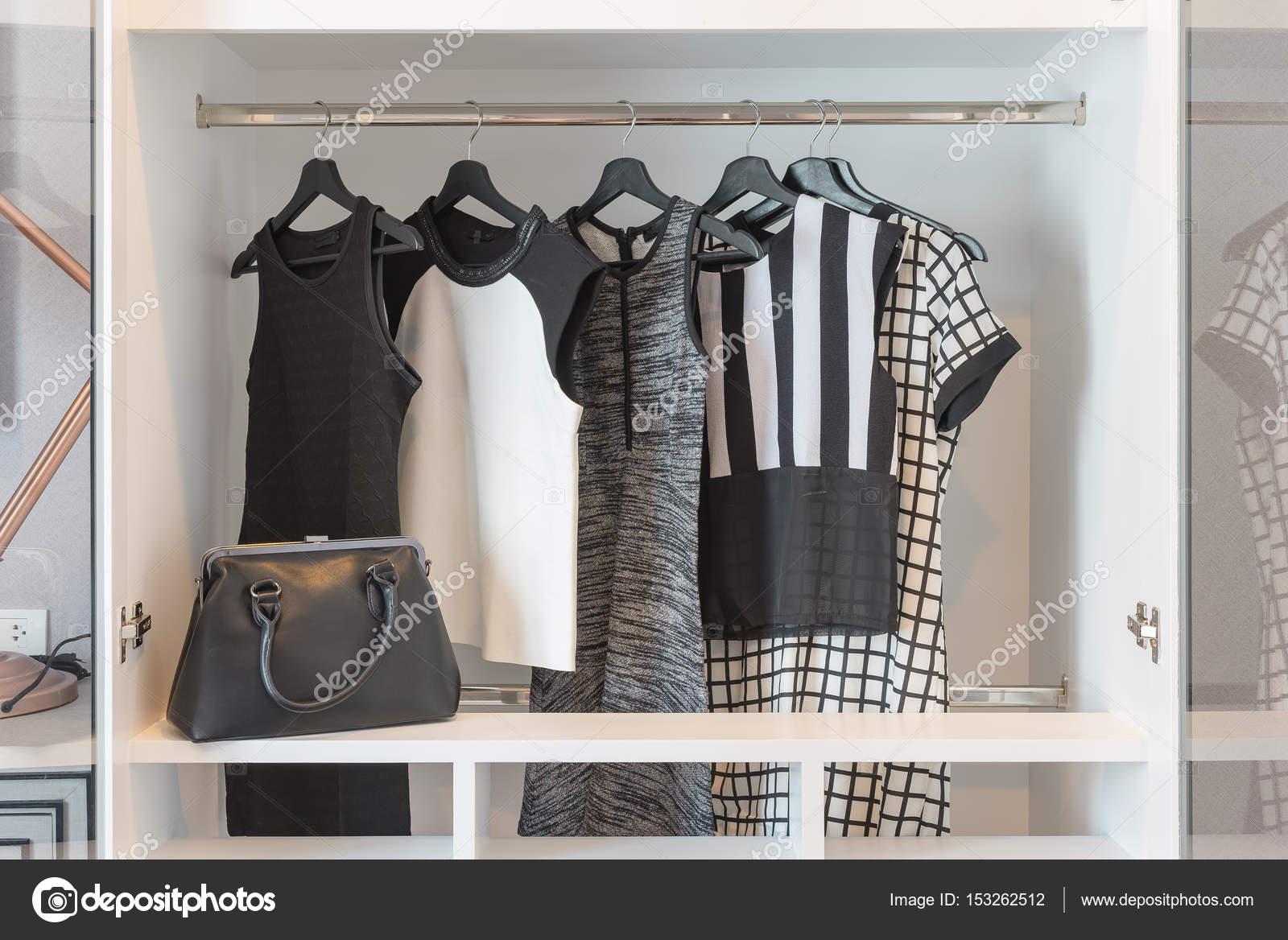 23bddbf879 Fekete-fehér ruha lógott a modern fehér szekrény — Fotó szerzőtől  khongkitwiriyachan| ...