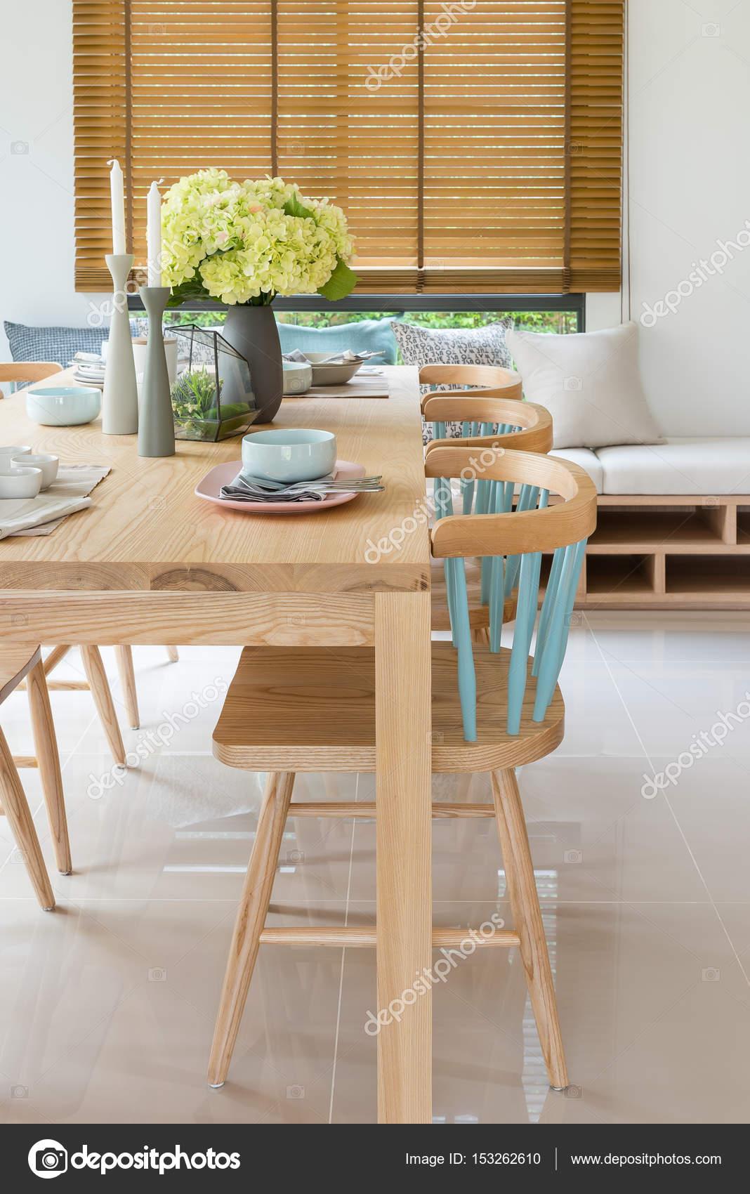 Moderne Houten Eettafel.Houten Eettafel In Moderne Eetkamer Met Tafel Garnituur En Vas