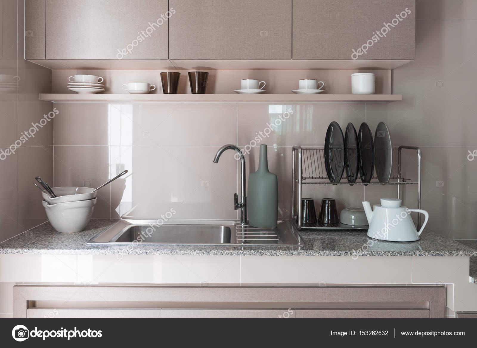 fregadero de acero inoxidable con grifería de cocina — Fotos de ...