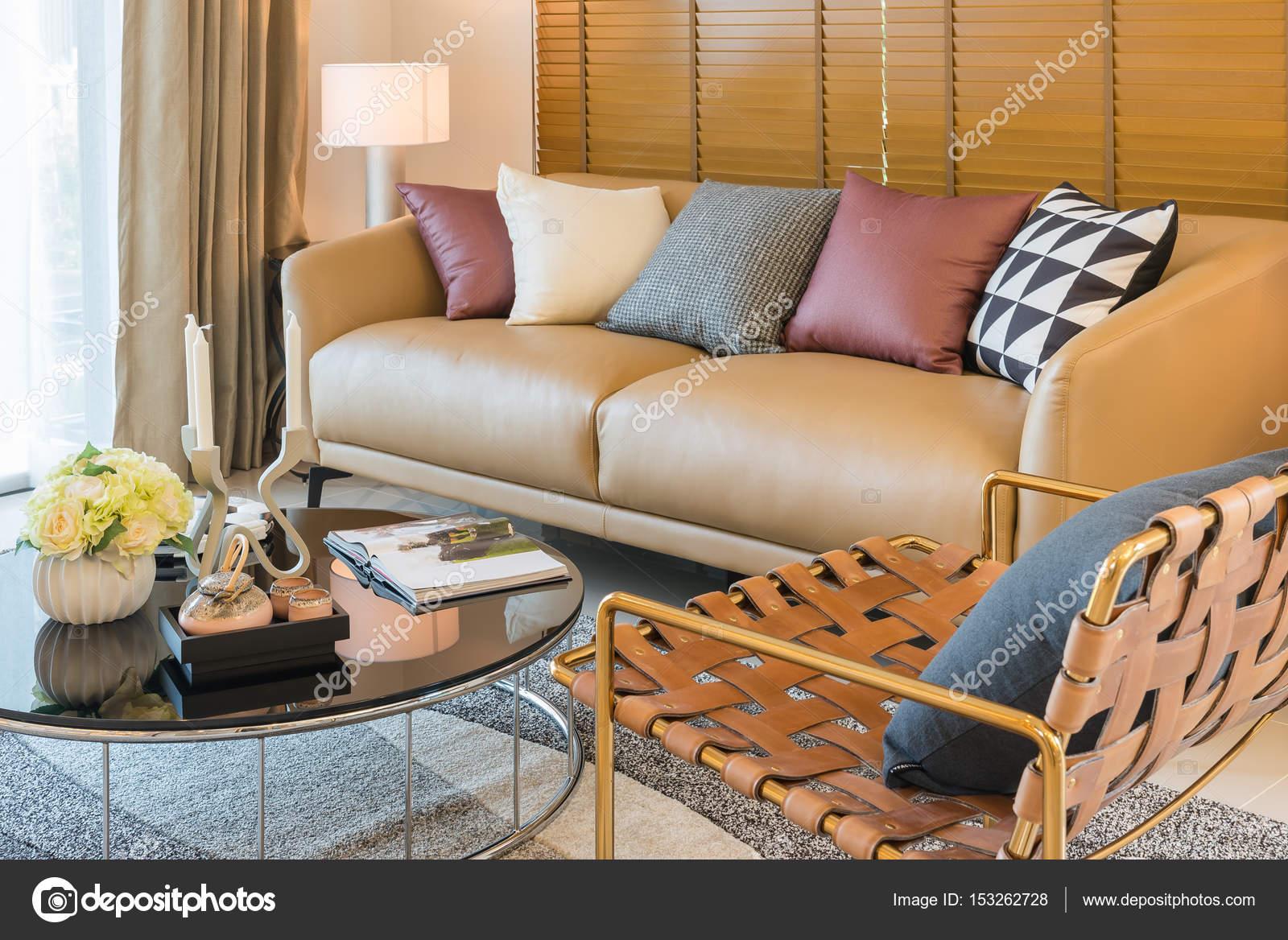 Sof Marrom Com Almofadas Coloridas No Estilo Cl Ssico De Sala De  -> Sala Cinza Com Sofa Marrom