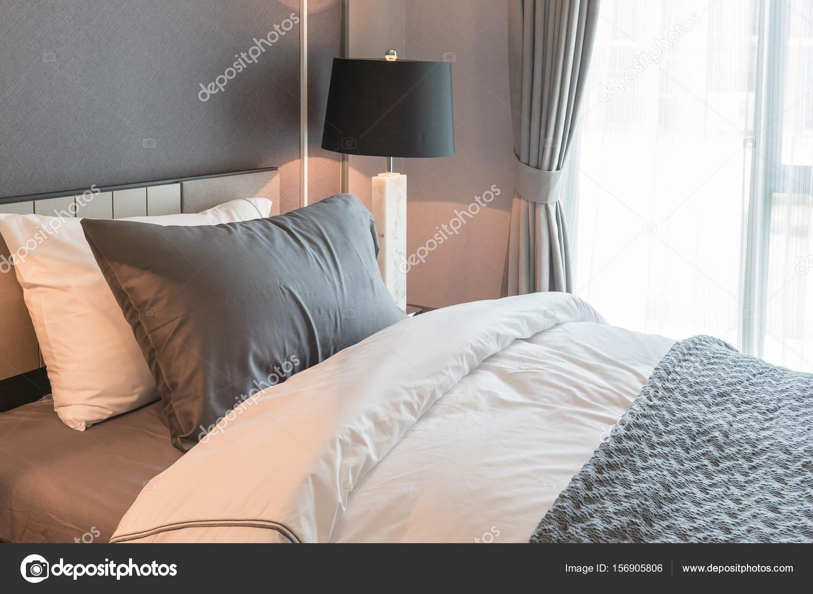 Letto singolo con lampada nera in camera da letto in stile