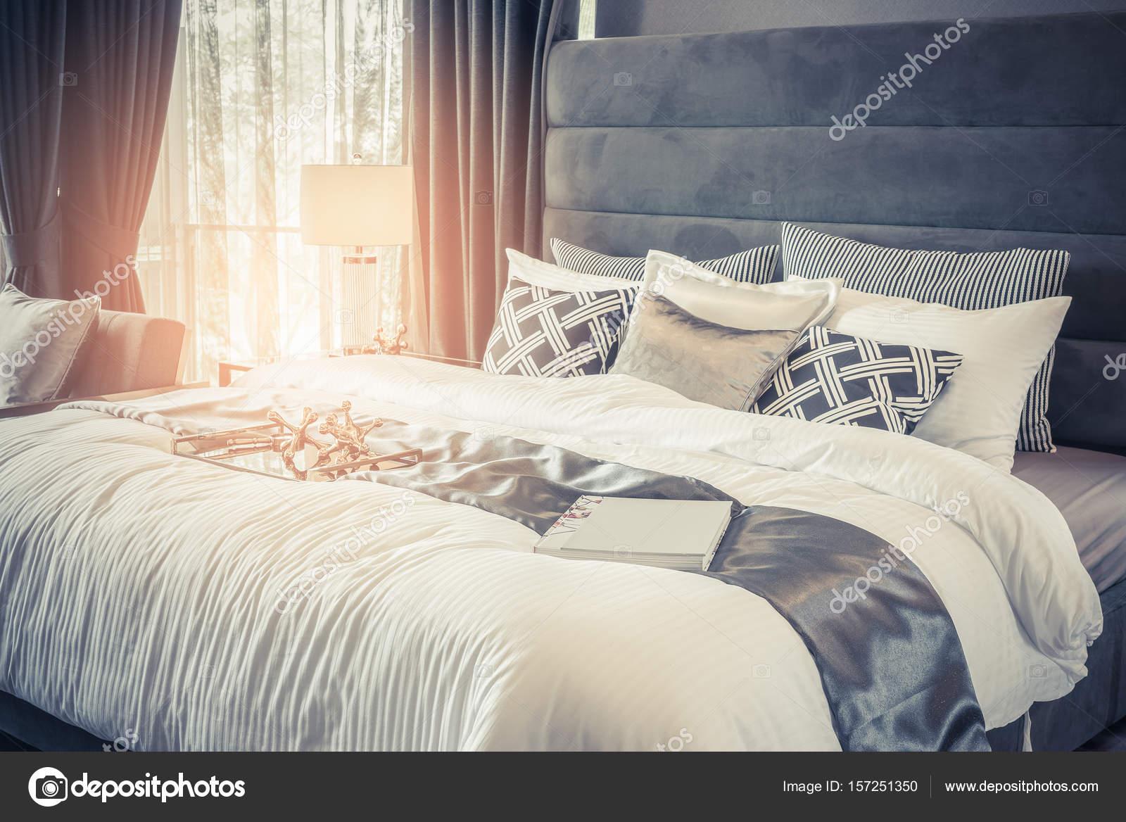 klassischer Stil King-Size Bett mit Kissen im Luxus-Stil — Stockfoto ...