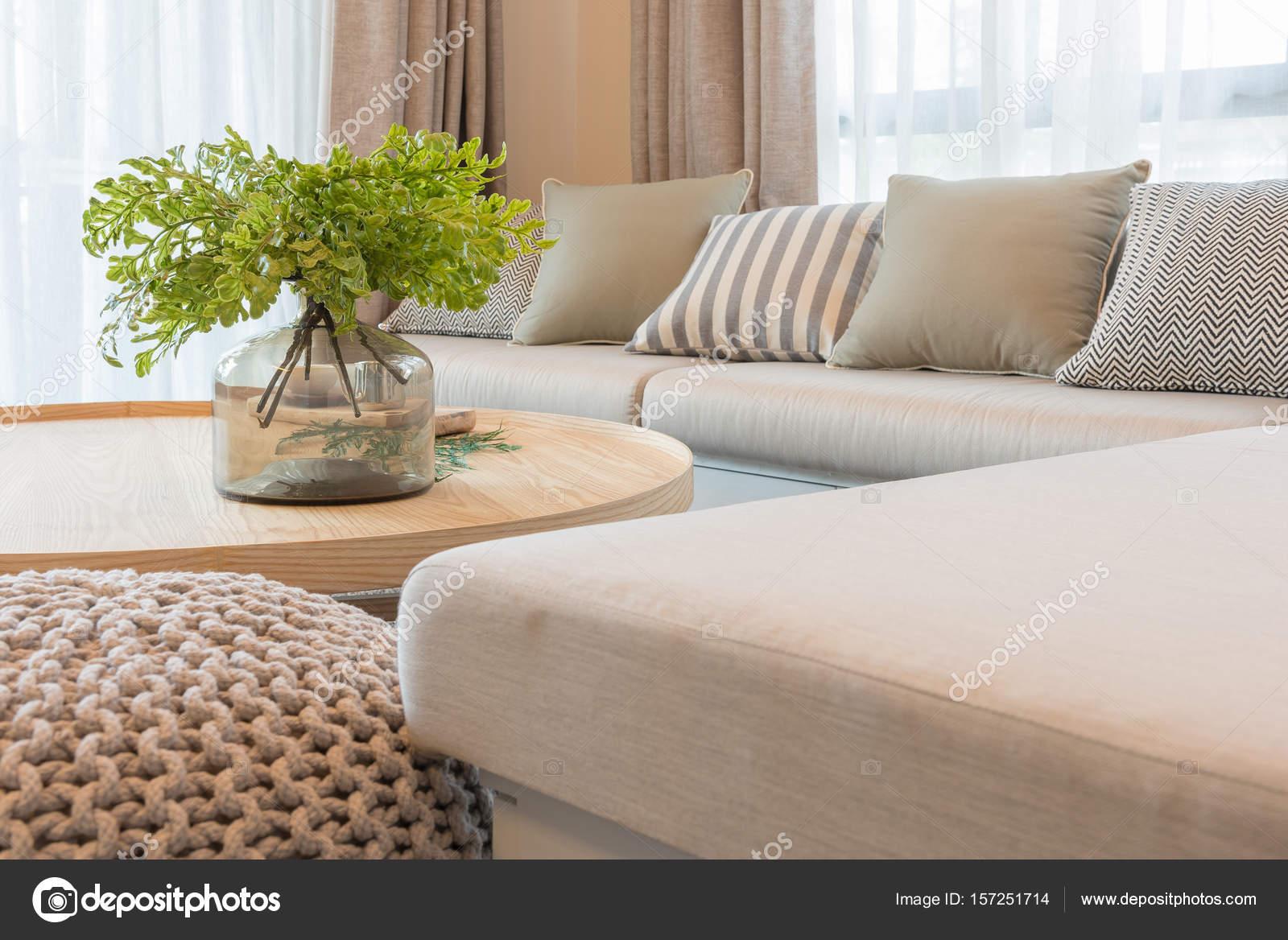 Enorme van planten op houten ronde tafel in de moderne woonkamer
