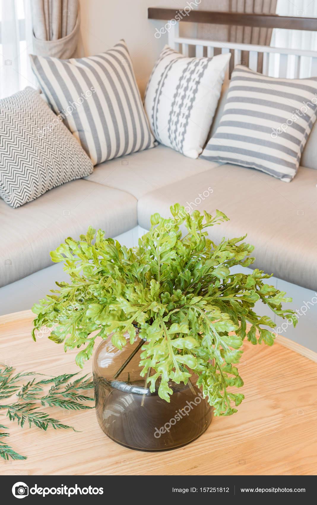 große Pflanzen auf runden Holztisch im modernen Wohnzimmer desig ...