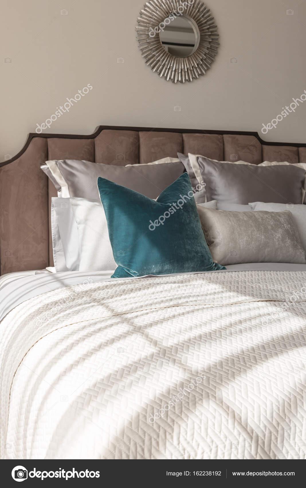 https://st3.depositphotos.com/4221109/16223/i/1600/depositphotos_162238192-stockafbeelding-klassieke-slaapkamer-stijl-met-set.jpg