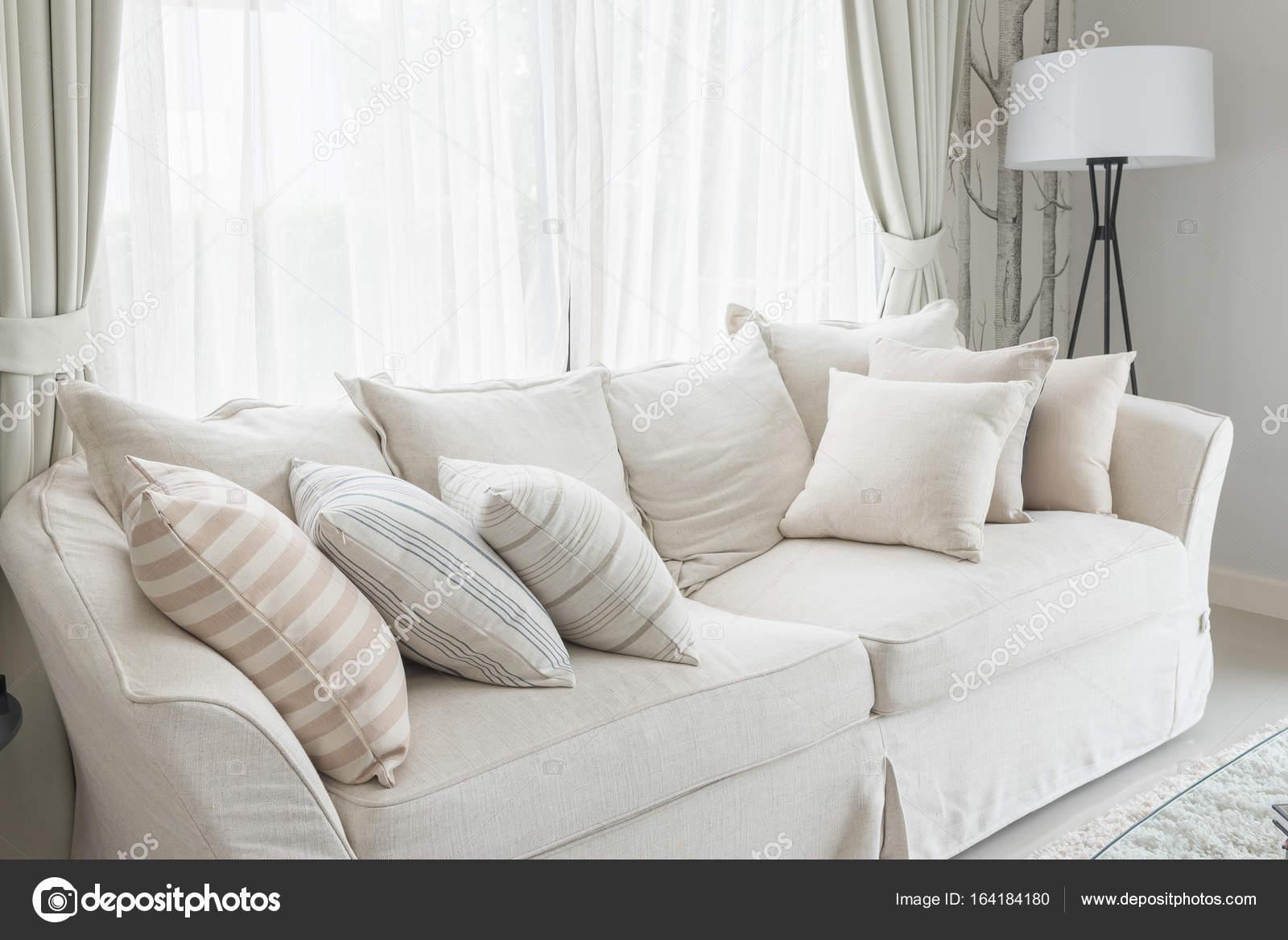 Kissen-Set auf weißen klassische Sofa im Wohnzimmer — Stockfoto ...