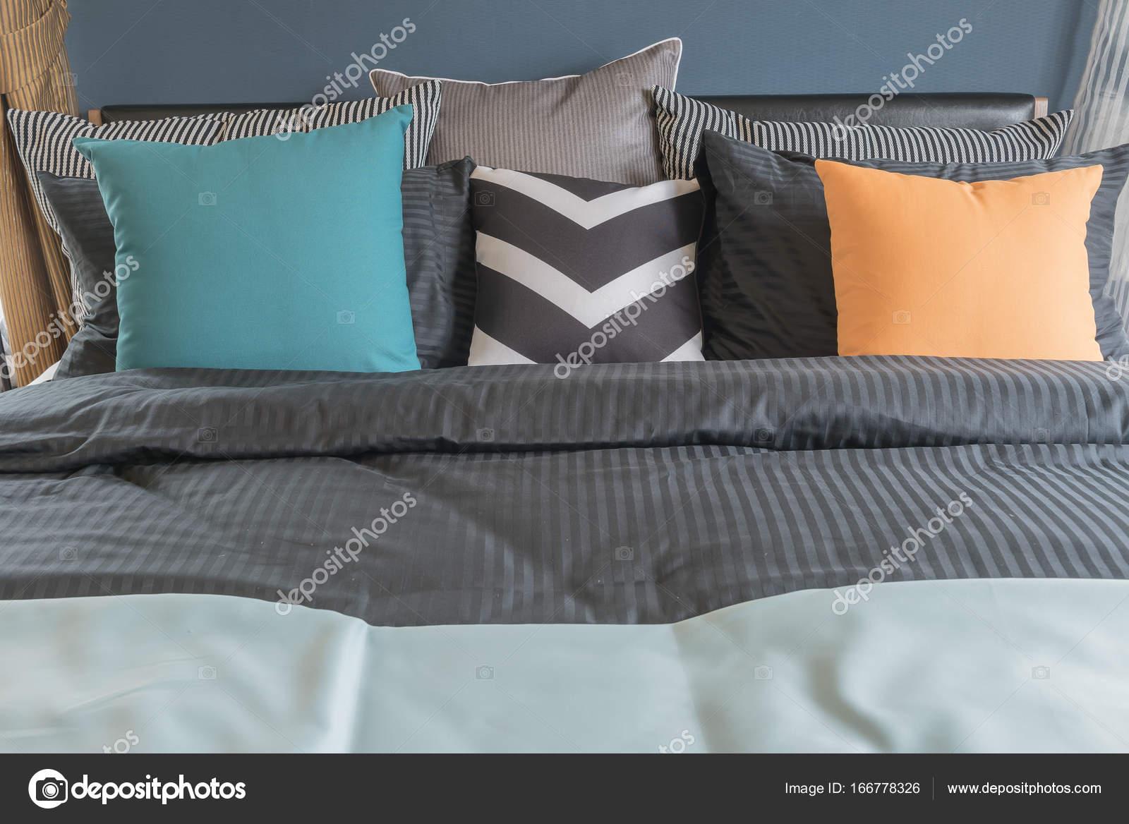 bunte Kissen auf dunkle Farbe Bett im modernen Schlafzimmer ...