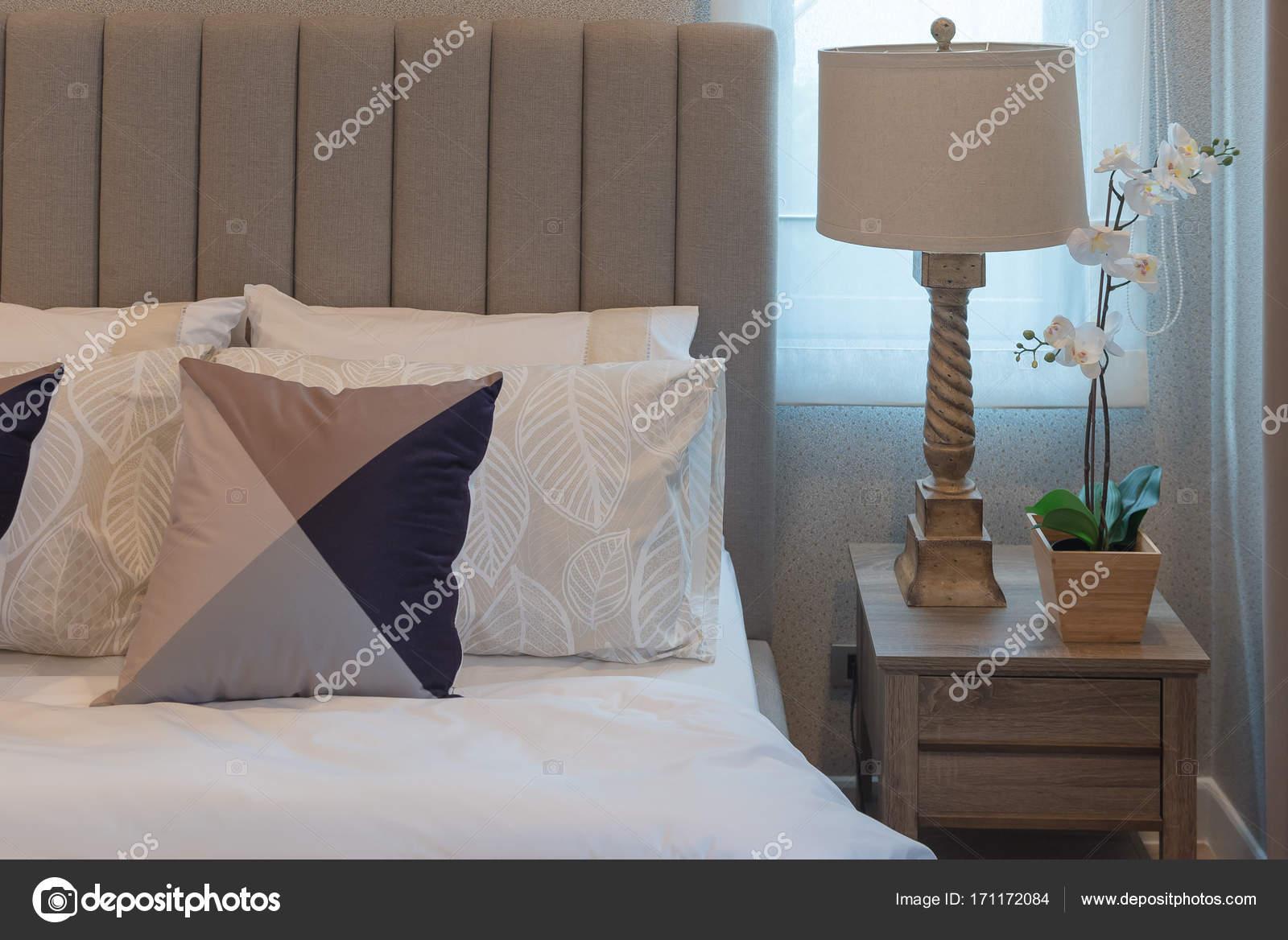 stile camera da letto classica con set di cuscini — Foto Stock ...