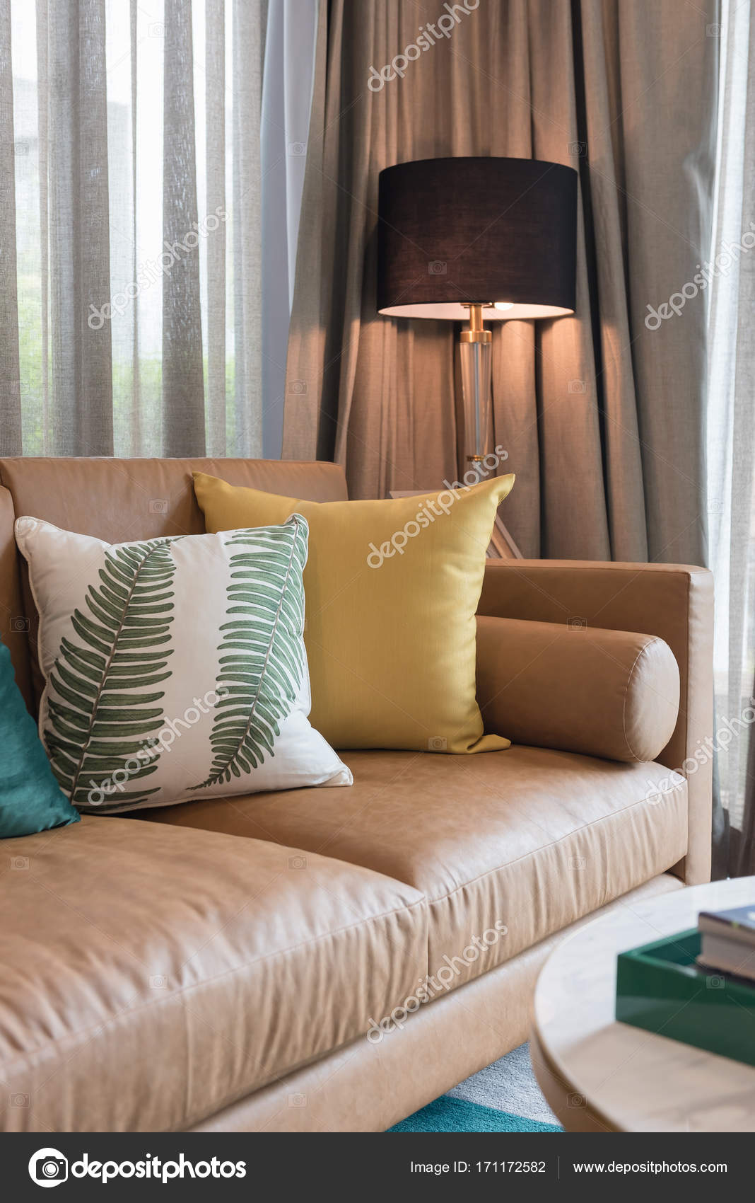 moderne woonkamer stijl met set kussen — Stockfoto ...