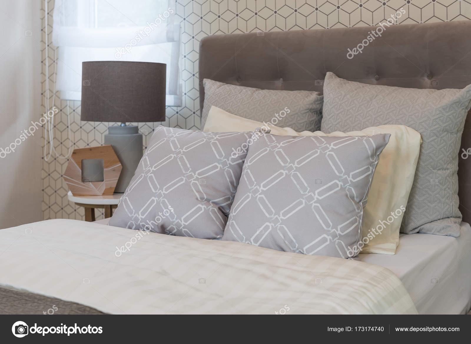 Camera in stile classico con letto singolo u foto stock