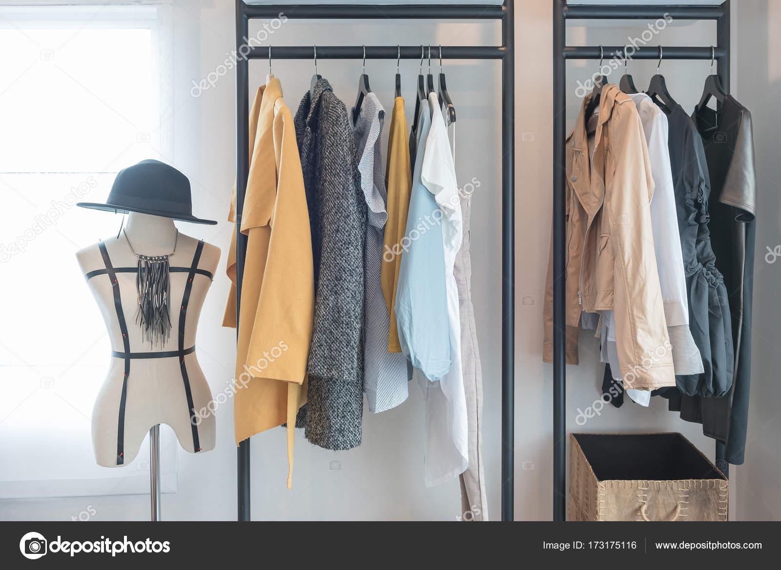 Garde Robe De Style Moderne Avec Des Vetements Photographie
