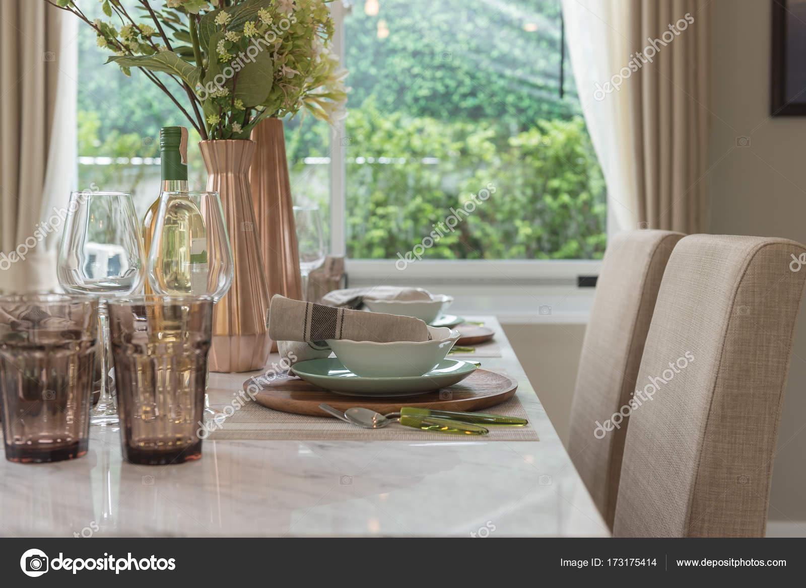 Tavolo Da Pranzo Moderno : Sala da pranzo in stile moderno con set da tavola u2014 foto stock