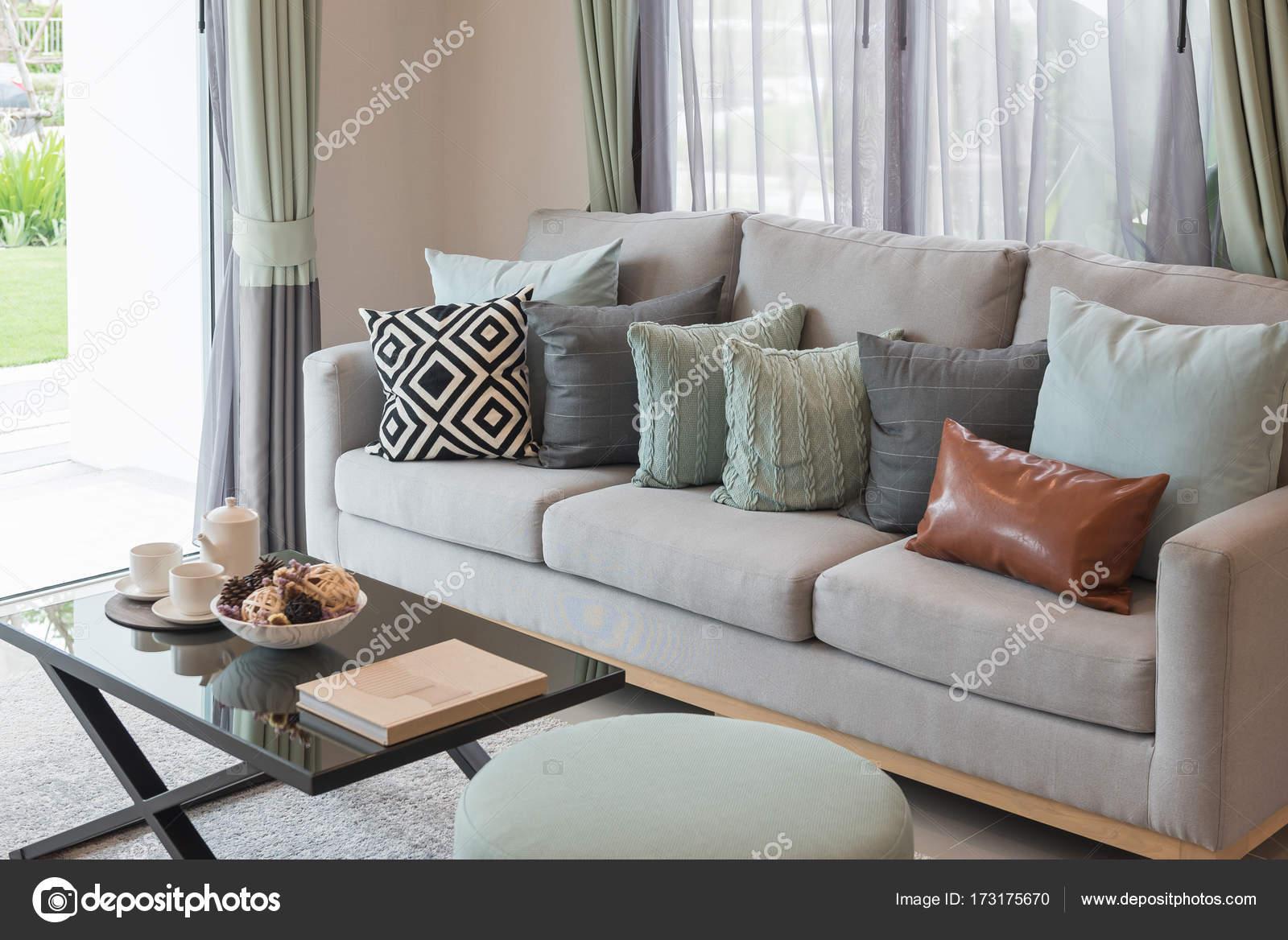 Salone moderno con set di divani e cuscini — Foto Stock ...