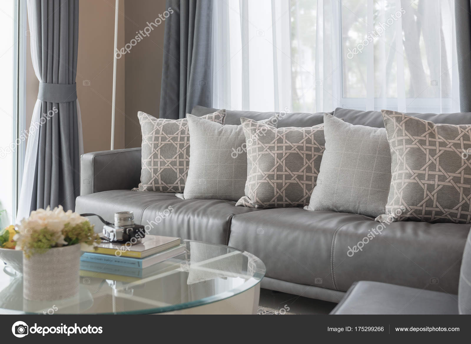 moderne woonkamer met rij kussens — Stockfoto © khongkitwiriyachan ...