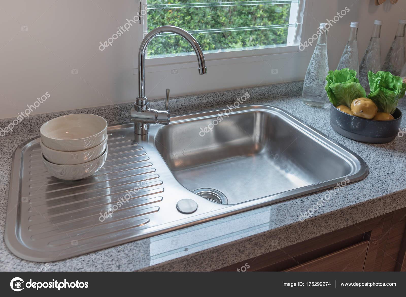 Küchenspüle auf moderne Theke — Stockfoto © khongkitwiriyachan ...
