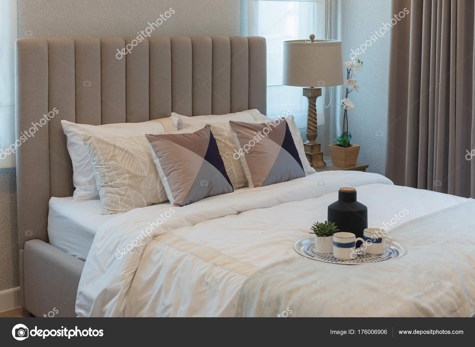 stile camera da letto classica con set di cuscino — Foto Stock ...
