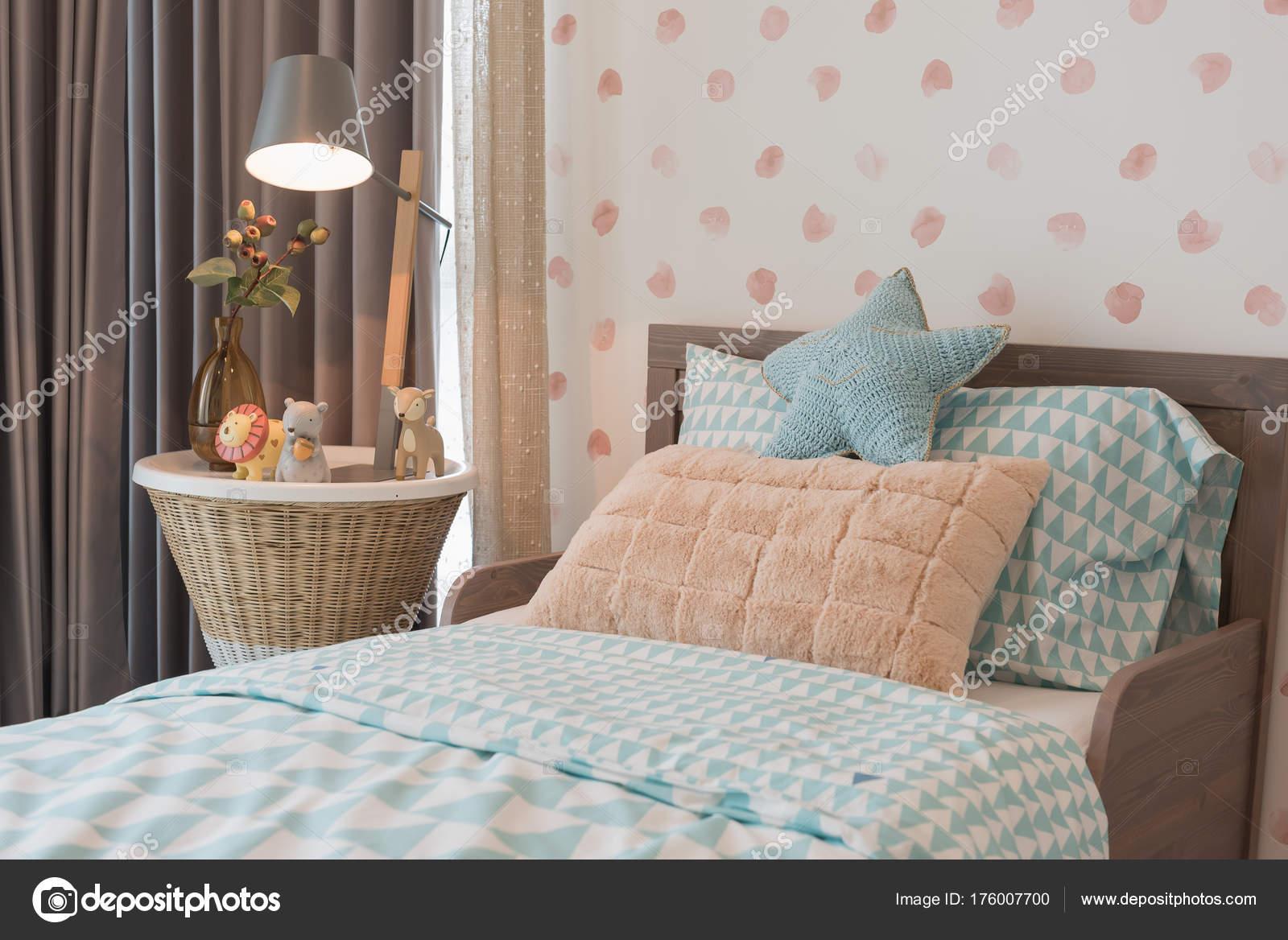 Kinder Schlafzimmer Mit Kuscheligen Bett Stockfoto