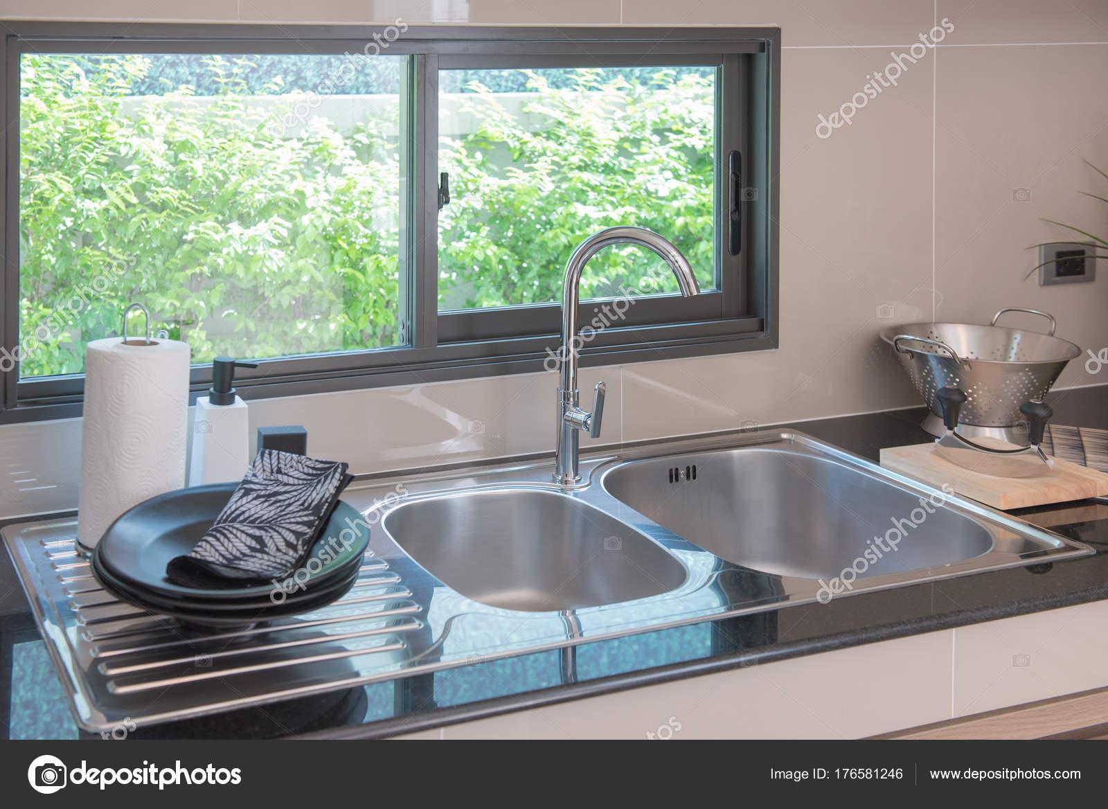 fregadero con grifo en la cocina — Foto de stock ...