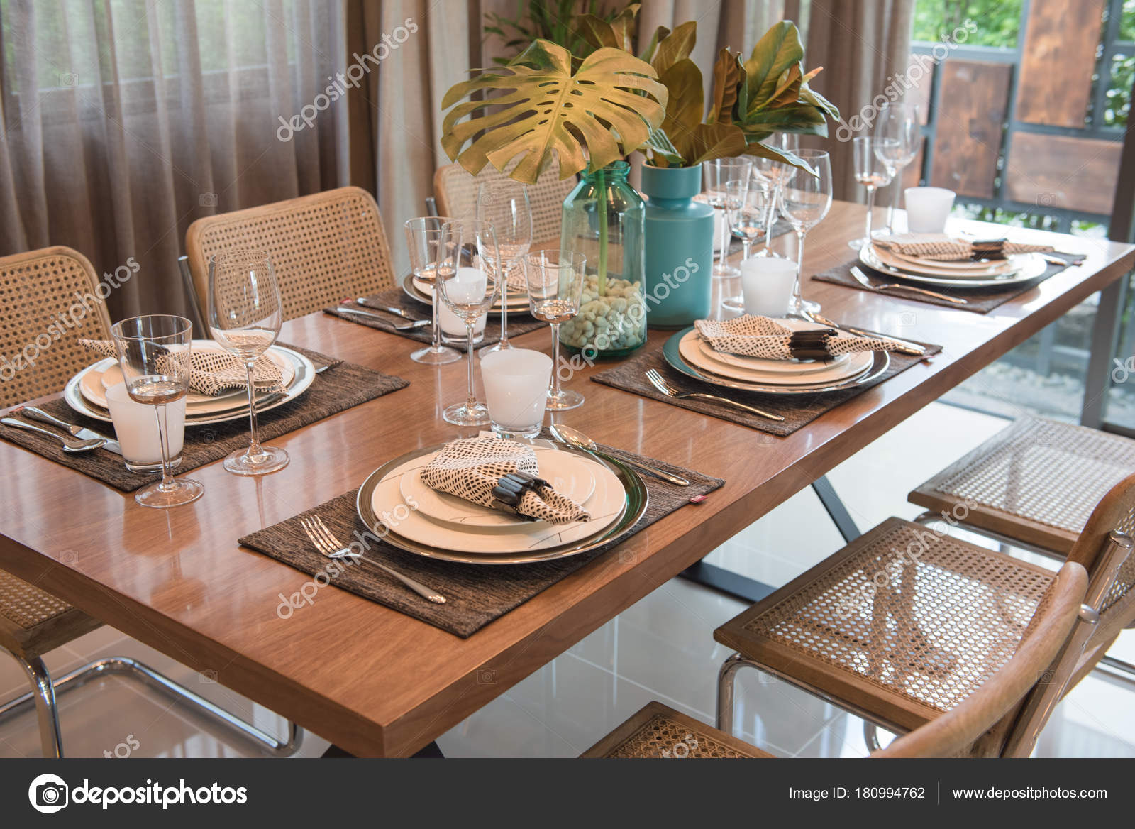 Table Luxe Sur Table Manger Bois Dans Salle Manger Classique ...