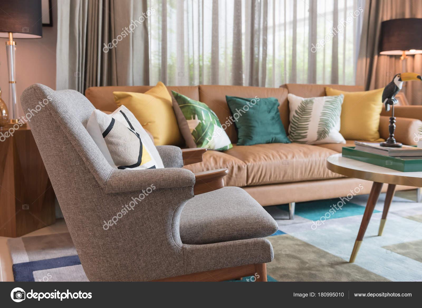 Hochwertig Moderne Wohnzimmer Stil Mit Kissen Auf Braunen Sofa Inneneinrichtung Design  U2014 Stockfoto