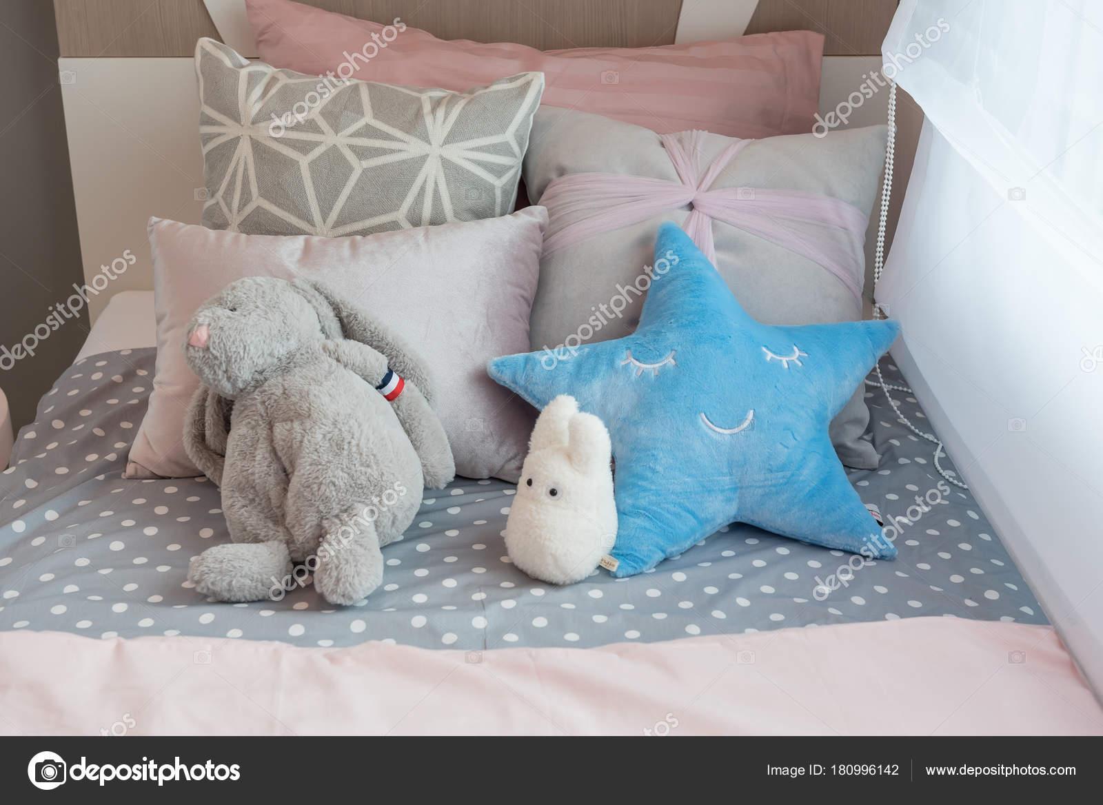 Kinder Schlafzimmer Mit Bunten Kissen Auf Dem Bett Mit Puppen