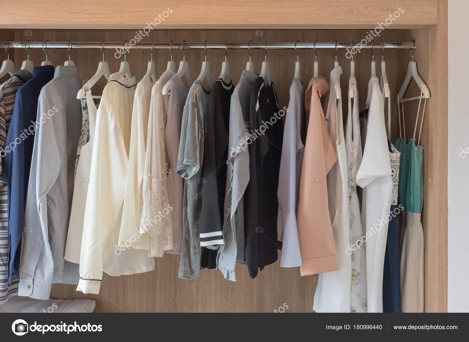 Holzschrank Mit Klamotten Auf Der Schiene Kleiderschrank
