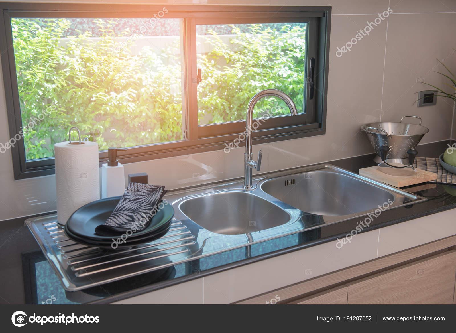 Gootsteen met kraan in keuken kamer u stockfoto