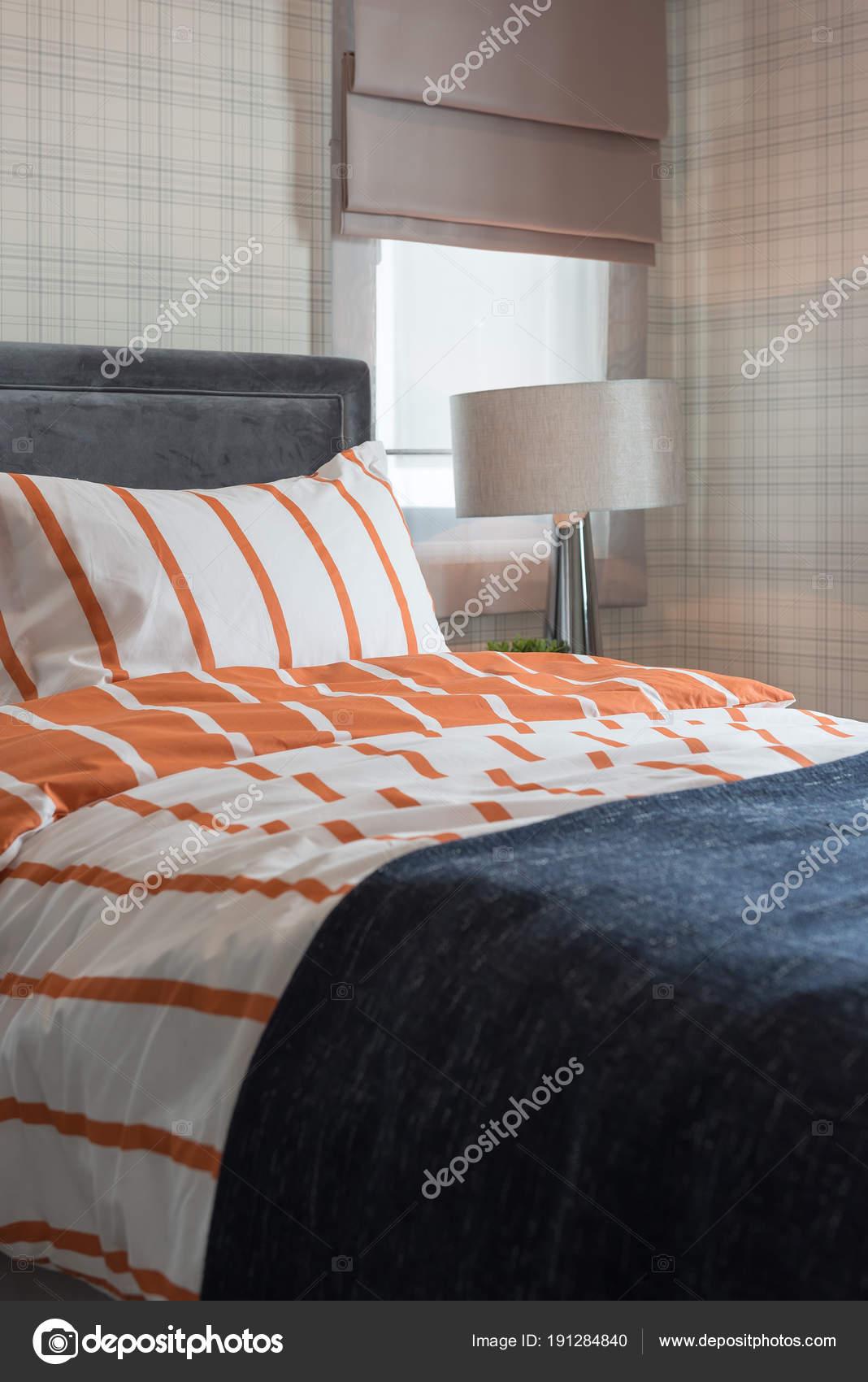Lit simple dans la chambre à coucher moderne — Photographie ...
