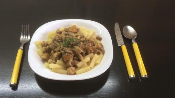 Macaroni pasta with mushrooms and chicken, 4k video