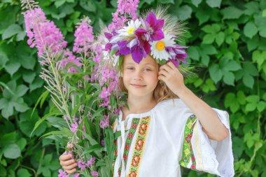 Genç kız willow bitki çayı elinde tutan