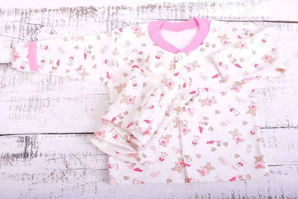 Productos de bebé colgada en el tendedero. Bebe blusa y pantalón pijama de  deslizadores — c80a3bf9c566