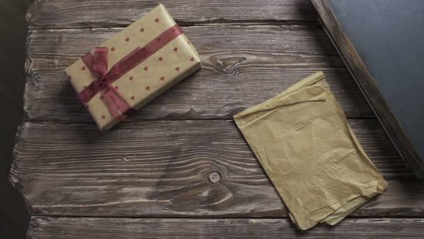 Ember vet ajándék dobozok egy-egy fából készült asztal